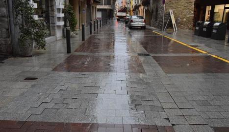 Les llambordes d'alguns trams del carrer Major estan enfonsades.
