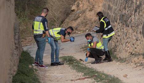 La policia obtenint proves al lloc dels fets.