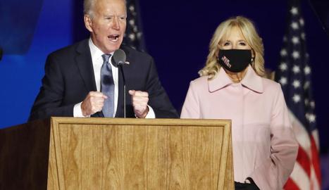 """Joe Biden, acompanyat de la seua esposa, es va mostrar ahir molt optimista i va defensar que """"ningú ens robarà la democràcia""""."""