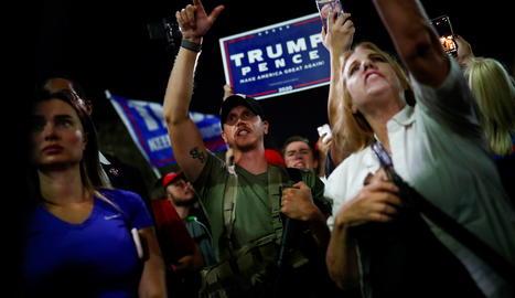 Partidaris de Trump, un d'ells armat, en una protesta a Arizona pel recompte de les eleccions.