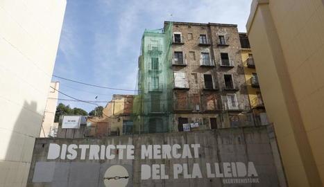 Imatge de l'exterior dels edificis.
