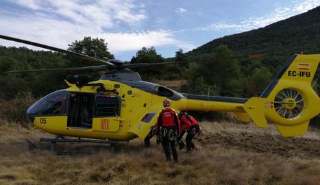 L'helicòpter amb els GRAE després de rescatar sense vida el cos del veí d'Igualada.