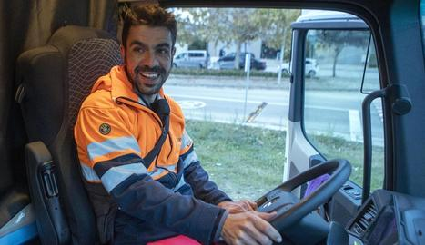 Eduard Molinera, muntat al camió en plena jornada laboral a Guissona.