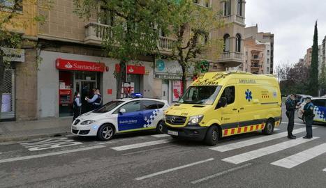 Atraquen un banc de l'avinguda Prat de la Riba de Lleida