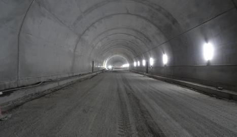 Els operaris treballen en l'actualitat en el recobriment interior del túnel.