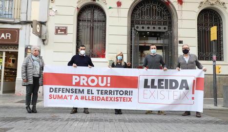 L'acte reivindicatiu celebrat ahir davant del PSC de Lleida.