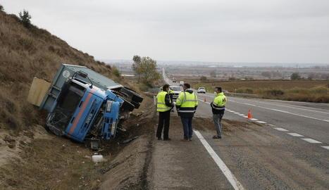 Un camió surt de la via i bolca a l'N-240 entre Lleida i Juneda