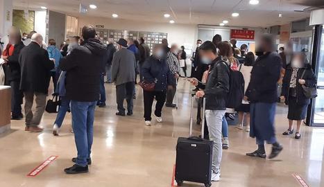Imatge de la concentració de persones al vestíbul de l'Arnau.