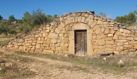 Una de les cabanes de volta en terrenys de l'empresa a Juncosa.