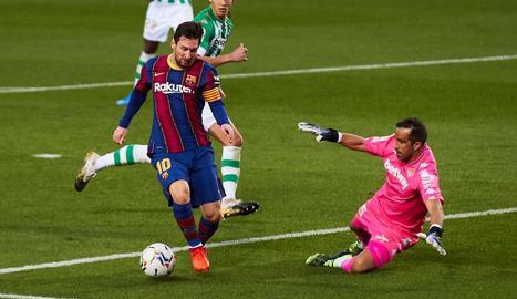 Leo Messi intenta superar el seu excompany Claudio Bravo, porter del Betis.