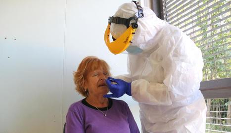 Una dona se sotmet a una prova de detecció a Girona.