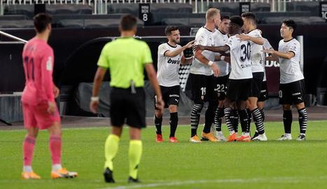 Jugadors del València celebren un dels quatre gols que van marcar ahir al Madrid.