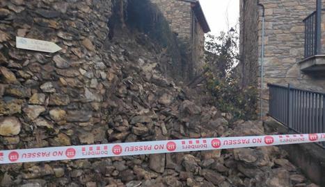 El mur de pedres va cedir a primera hora del matí i va tallar per complet el carrer Major d'aquest poble de l'Alt Urgell.