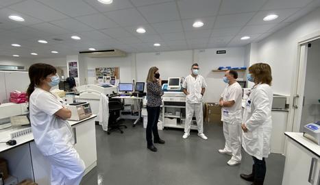 La visita de la síndica d'Aran, Maria Vergés, als laboratoris de l'Espitau Val d'Aran.