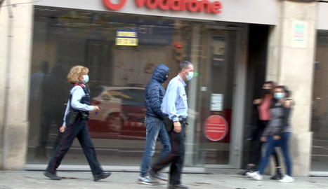 Moment en què l'arrestat era conduït emmanillat ahir després d'un escorcoll policial a la seua empresa.