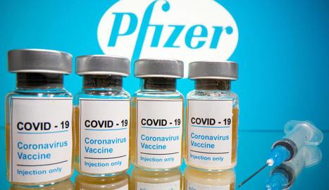 Vials amb l'etiqueta de la vacuna contra el coronavirus de Pfizer.