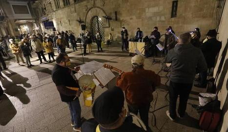 De nou a la Paeria - Els cantaires de Ponent van tornar ahir a la plaça Paeria per reivindicar la llibertat dels líders independentistes empresonats i el retorn dels que van marxar a l'estranger. La pandèmia va obligar a suspendre aquesta mobi ...