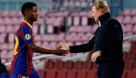 Ansu Fati saluda el tècnic Ronald Koeman durant un partit d'aquesta temporada.