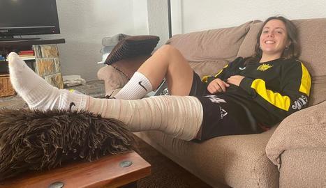 Regina Flix, ahir al seu domicili de Vila-sana, amb la cama esquerra immobilitzada.