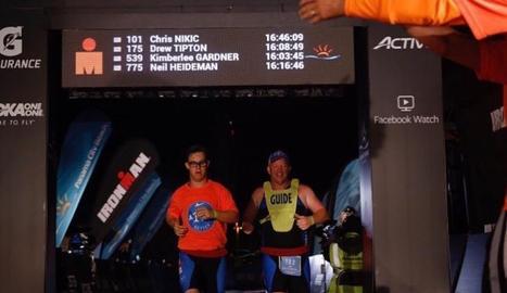 Chris Nikic, al costat del seu guia, al creuar la meta.