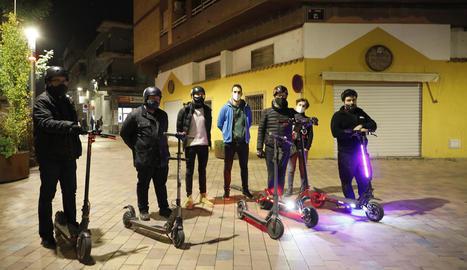 Diversos usuaris de patinets, ahir a Lleida.