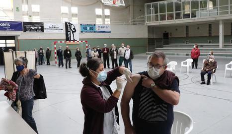 El pavelló de Térmens ha estat un dels espais alternatius al centre sanitari per a la campanya de vacunació de la grip.