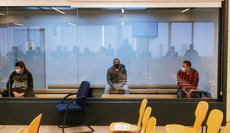 Els tres acusats per pertànyer a la cèl·lula terrorista de l'atemptat del 17-A, ahir a la primera sessió del judici a l'Audiència Nacional.