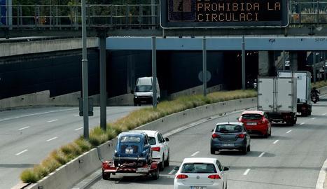 Un plafó lluminós avisa a Barcelona de la prohibició de circular durant el toc de queda.