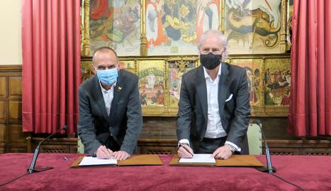 El paer en cap, Miquel Pueyo, i el director d'Institucions a Catalunya de CaixaBank, Joaquim Macià, signen l'acord de col·laboració.