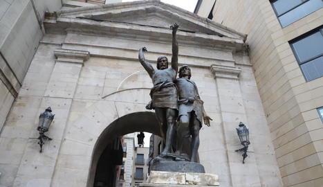 L'estàtua que presideix l'Arc del Pont i que des del 2017 està 'incompleta' per la llança desapareguda.
