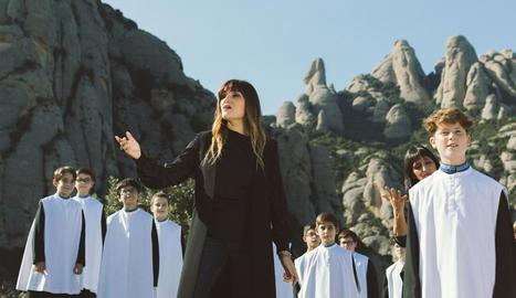Rozalén, amb l'Escolania de Montserrat, en una imatge del disc.