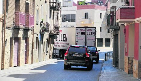 Camions passant per la travessia de l'LP-7041 a Seròs.