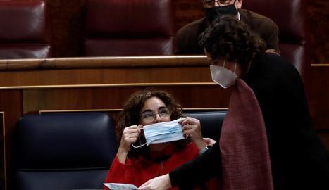La ministra Montero, ahir al Congrés, es posa la mascareta.