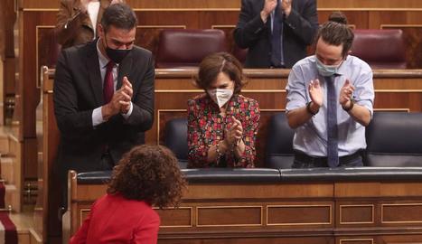 El president Sánchez i dos dels vicepresidents, Calvo i Iglesias, aplaudint Montero, ahir.
