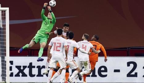 Unai Simón refusa una pilota aèria durant el partit.
