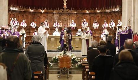 Funeral a la tarda a la Catedral, després que al matí se n'oficiés un de tan sols per a sacerdots.
