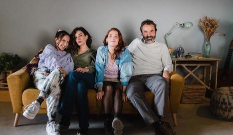 Colette, de blau, posa amb la resta de la seua 'família'.
