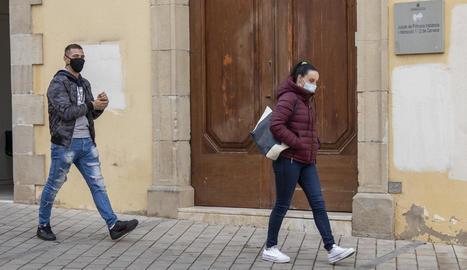 Els pares del menor, al sortir ahir de la seua declaració als jutjats de Cervera.