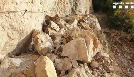 El despreniment de roques del pendent es va endur la base del camí, que pràcticament va desaparèixer.
