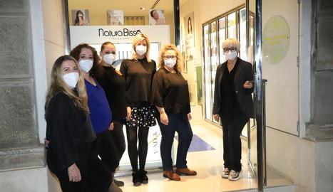 Imatge de les professionals del centre estètica Sara Buira de Lleida, preparades per obrir.