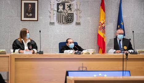 El magistrat Alfonso Guevara, al centre, va protagonitzar ahir una nova polèmica.