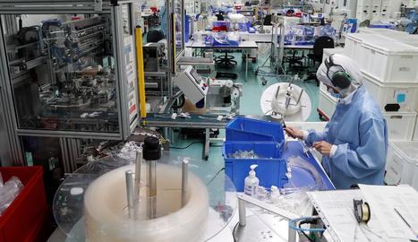 Una operaria treballa a la planta de l'empresa Bexen Medical a Hernani.