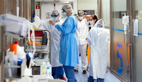 Infermeres es preparen per entrar a una UCI de pacient Covid.