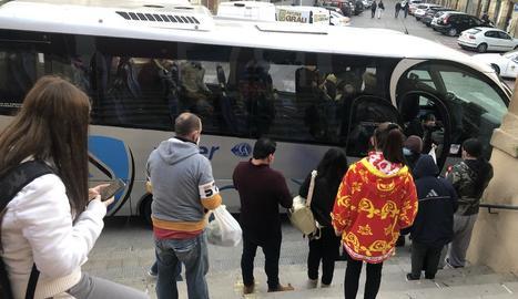 Viatgers pugen al bus que substitueix el tren cancel·lat a Tàrrega.