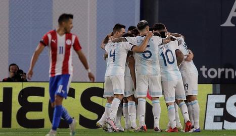 Messi i la resta de la selecció celebra el primer gol.