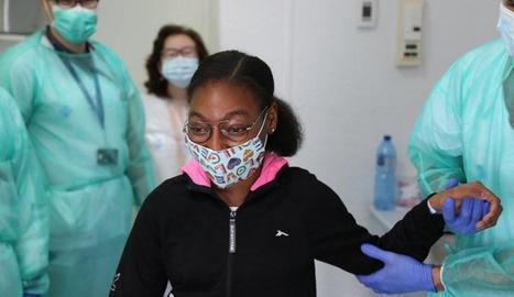 La nena de 12 anys acompanyada pels metges que la van ajudar a superar la malaltia.