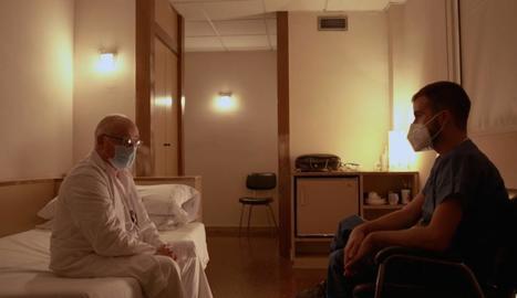 El periodista Ricard Ustrell conversa amb un metge a l'UCI de l'Hospital Clínic de Barcelona.