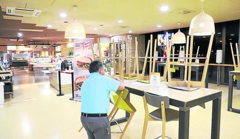 Imatge d'un empleat de l'àrea de servei de Lleida preparant la reobertura del restaurant.