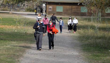 Algunes de les persones que ahir van passejar pel parc de la Mitjana de la capital del Segrià.
