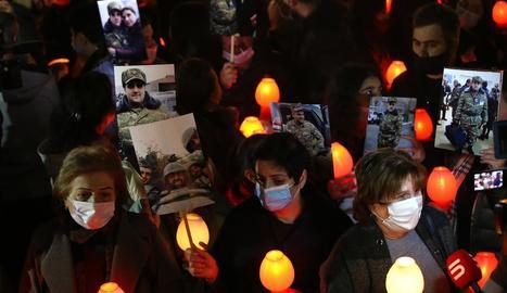 Familiars de militars armenis morts, en una protesta.